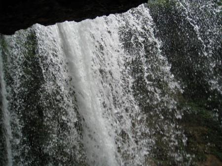 迫力の裏見滝アップ